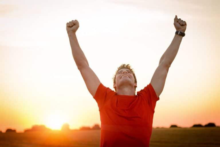 jubelnder-Sportler Burnout Personaltrainer Gewichtsplateau, Fitness, Coaching und Personaltrainer Berlin, Ernährungscoach